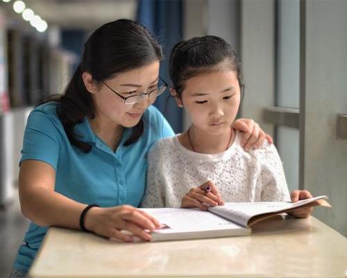 娃才2岁就开始教他识字,听到老师的评价后父母后悔不已